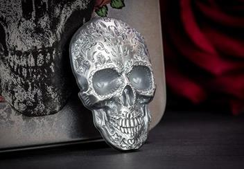 2018 Day Of The Dead Antique Silver Skull Shaped Coin Reverse Lifestyle1